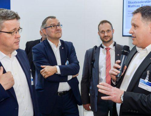 Hannover Messe 2018: Hessischer Staatssekretär Samson besucht :em AG